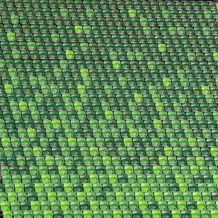gradas estadio: Verdes sillas del estadio de plástico en gradas en la fila