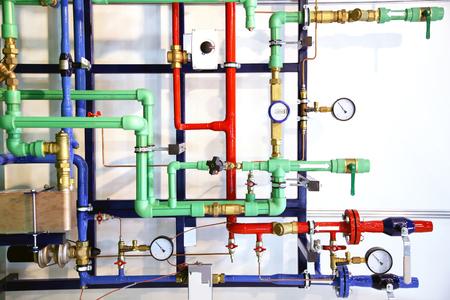 Gekleurde buizen en verwarmingssysteem demo als achtergrond