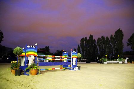 cavallo che salta: ostacoli Equitazione barriere a cavallo che salta pista di notte