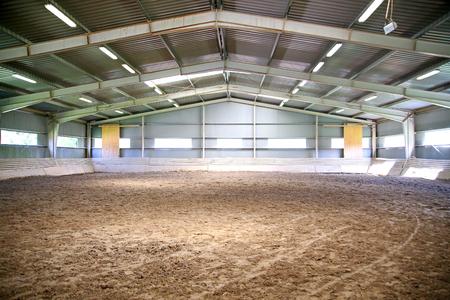 空の乗馬競技場馬術馬に適しています