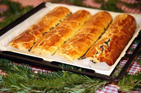수 제 전통적인 양 귀 비 씨앗과 월 넛 크리스마스 휴가위한 롤. 전통 헝가리어 크리스마스 케이크 이름은 beigli 또는 bejgli입니다. 내 어머니의 아름다