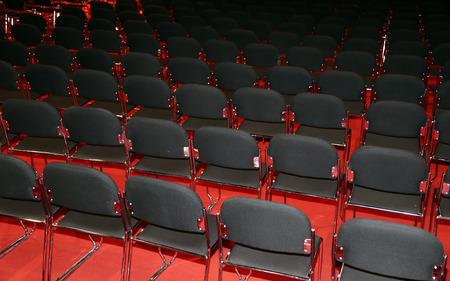 Leere Sitzreihen eines leeren Konferenzsaals Standard-Bild
