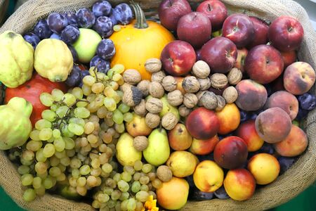 in mand als achtergrond. Herfst fruit voedingsmiddelen als achtergrond. Gezonde biologische oogstvruchten als seizoensgebonden keukeningrediënten Stockfoto