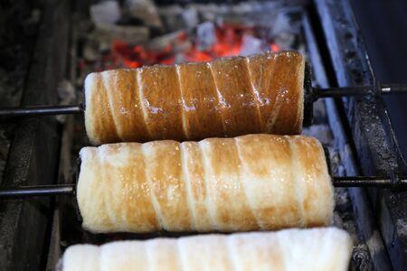 Le nom traditionnel hongrois du gâteau à la broche est kürtös kalács ou kurtos