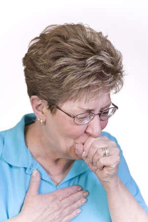 tos: La mujer sufre con una mala tos y fr�o