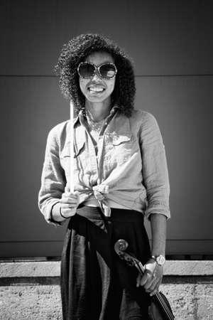 violinista: Violinista femenina que sostiene el instrumento y sonriente