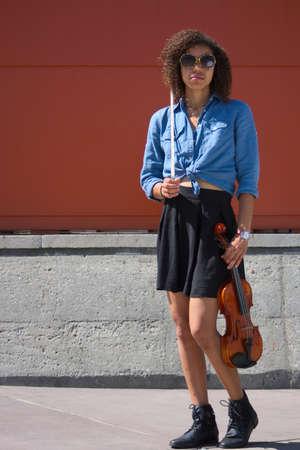 violinista: Violinista de sexo femenino Biracial presenta con el instrumento Foto de archivo