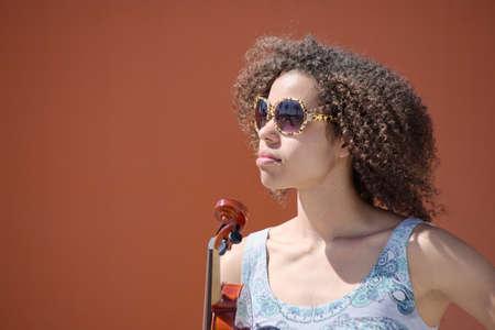 violinista: Violinista Mujer con gafas de sol mirando en la distancia