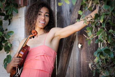 violinista: Violinista femenino al aire libre con un vestido y la celebración de instrumento
