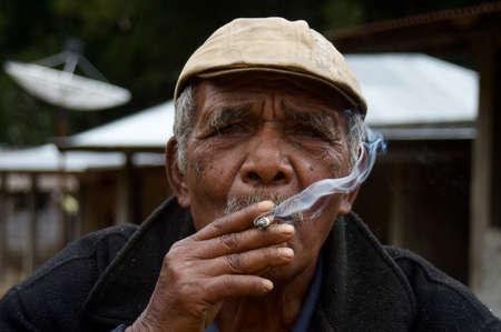 hombre fumando: Hombre de fumadores