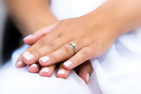 anillo de boda: Anillo de bodas con la piedra en la mano novia