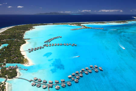 Bora Bora Lagoon, la Polynésie française par le haut. Couleurs oniriques. Certains bungalows sur pilotis sont en vue