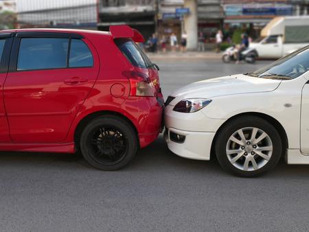 La escena de un accidente automovilístico y accidente, accidente automovilístico para reclamo de seguro de automóvil.