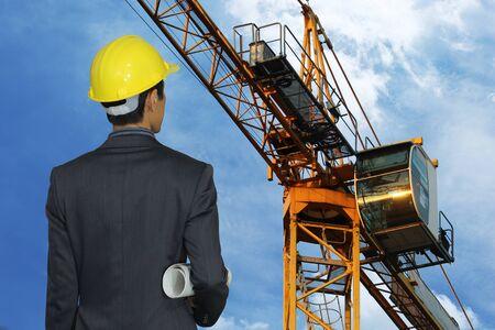 Ingenieur inspecteerde het werk op de bouwplaats.