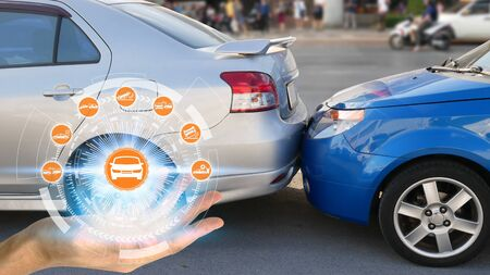 Hand mit Autoanspruchssymbolen über die Netzwerkverbindung auf Autounfallhintergrund, Autounfall für Autoversicherungsanspruchskonzept Standard-Bild