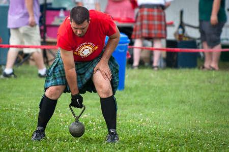 15. August 2015 - Winnipeg, MB, Kanada - Manitoba Verband der keltischen Sportarten organisierte schottische schwere Spiele während des Festivals Folklorama Standard-Bild - 70714003