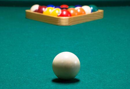 Bola blanca, y la cremallera, en una mesa de billar Foto de archivo - 41965664
