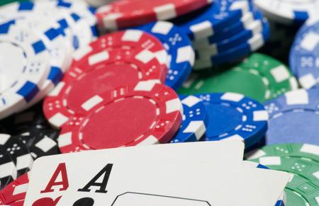 jetons poker: Aces de poche, et des jetons de poker Banque d'images