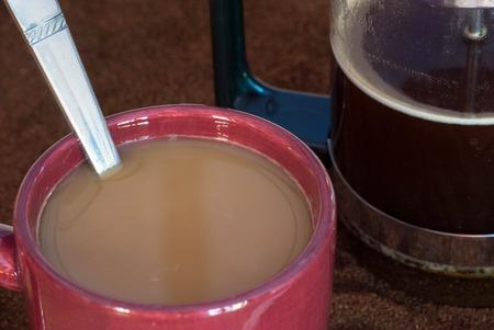 Taza de café, y una prensa francés. Foto de archivo - 41996388
