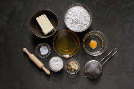 Do it yourself ginger biscuits. Step by step cooking recipe Step 1 Ingredients. Flour. sugar, butter, egg, ginger, cinnamon, soda, honey, rolling pin, sieve. Christmas atmosphere Instruction Imagens