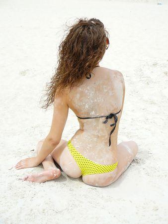 fille de belle et jeune repose sur les plages