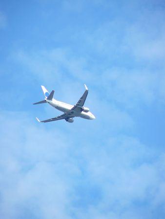 plan de vol hautement dans le ciel bleu Banque d'images