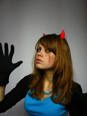 jeune fille avec petites cornes sur une t�te