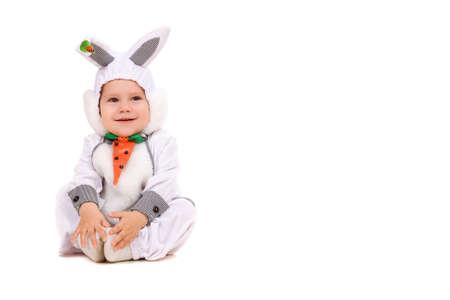 animalitos tiernos: Ni�o disfrazado de conejo. Aislado en blanco Foto de archivo