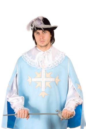 mosquetero: Hombre joven con una espada vestido de mosquetero. Aislado en blanco Foto de archivo