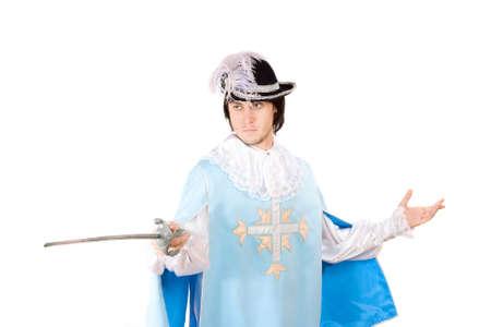 mosquetero: Retrato de hombre joven con una espada vestido de mosquetero. Aislado Foto de archivo