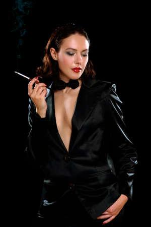 backlit: Retrato de una morena joven y simp�tico con el cigarrillo. Aislado
