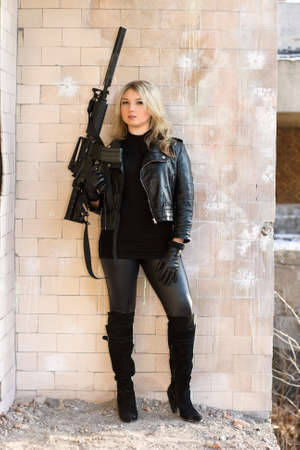snajper: Portret mÅ'odej piÄ™knej kobiety z broniÄ… Zdjęcie Seryjne