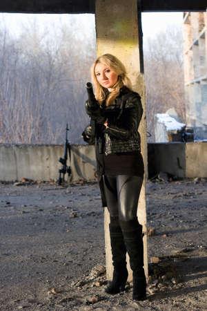 ljuddämparen: Het tjej pekar en pistol i övergivna hus