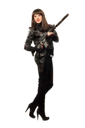 Schöne Frau in schwarzer Kleidung mit Pistole