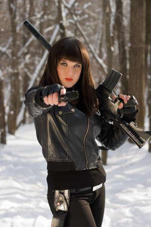 ljuddämparen: Porträtt av ung kvinna med vapen i sina händer