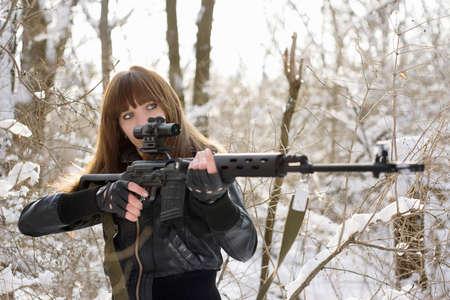mujer con arma: Chica morena, señalando con un arma de fuego Foto de archivo