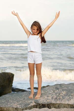 klein meisje op strand: Schattig vrolijk meisje op het strand Stockfoto