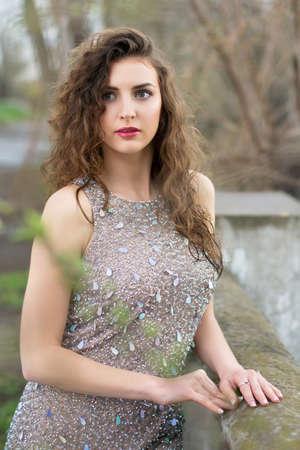 splendide: Attrayante jeune femme portant robe grise magnifique avec strass Banque d'images