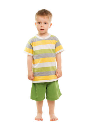 Leuke blonde jongen stellen in t-shirt en korte broek. Geïsoleerd op wit Stockfoto