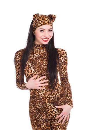 Lachende jonge brunette draagt als een luipaard. Geïsoleerd op wit