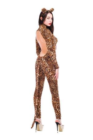 invitando: Invitando joven morena que llevaba como un leopardo. Aislados en blanco Foto de archivo