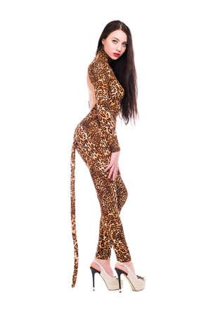 Uitnodigende brunette draagt als een luipaard. Geïsoleerd op wit