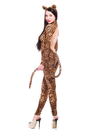 Glimlachende jonge vrouw, gekleed als een luipaard. Geïsoleerd op wit