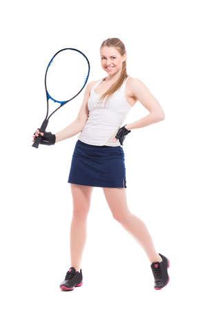 raqueta de tenis: Mujer sonriente joven que presenta con la raqueta de tenis. Aislado en blanco