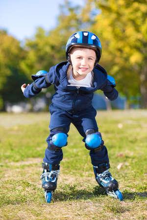 ni�o en patines: Ni�o juguet�n de montar en patines y sonriente