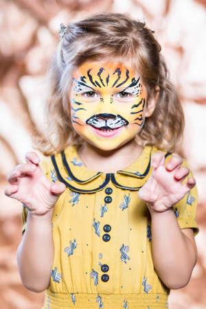 caras pintadas: Retrato de la niña rubia con la cara pintada
