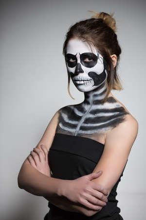 body paint: Retrato de la morena pintada como un zombi