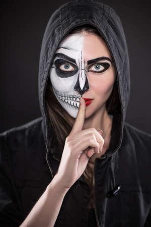 Retrato De Mujer Joven En El Capo Negro Con La Cara Pintada Para - Cara-pintada-para-halloween