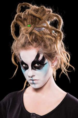 rastas: Retrato de mujer joven con rastas pintada. Aislado en negro Foto de archivo