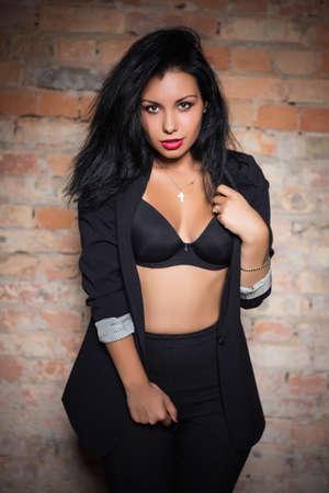 invitando: Retrato de invitar mujer con sujetador negro y una chaqueta